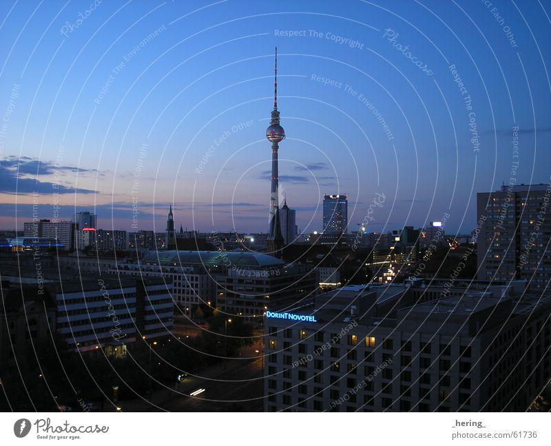 Abendstimmung Europa Alexanderplatz WM 2006 dunkel beruhigend Sonnenuntergang Außenaufnahme Langzeitbelichtung Nachtaufnahme Berlin Berliner Fernsehturm