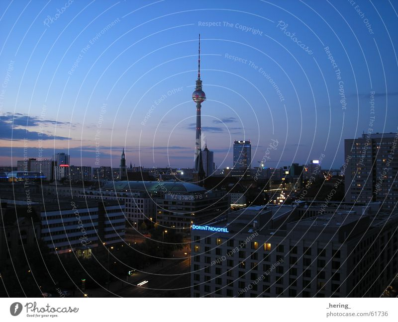 Abendstimmung Himmel ruhig Straße dunkel Berlin Freiheit Europa Berliner Fernsehturm Alexanderplatz Nachtaufnahme beruhigend WM 2006