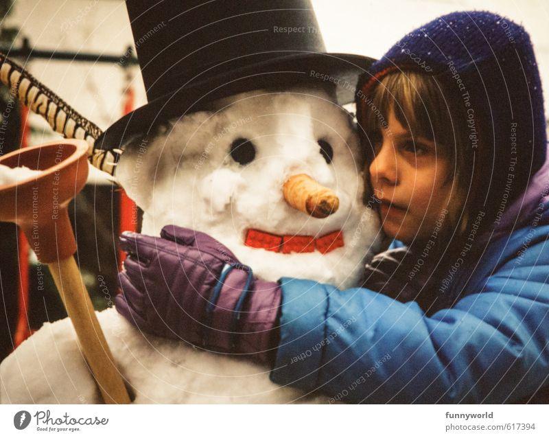 Schneemannliebe Kind Mädchen Kindheit 8-13 Jahre Eis Frost berühren festhalten Blick träumen Traurigkeit Umarmen Zusammensein kalt niedlich retro trösten