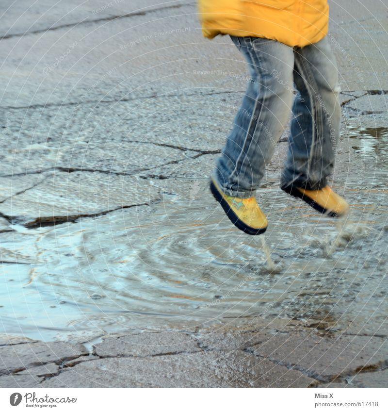 flieg ... Mensch Kind Wasser Freude kalt gelb Gefühle Spielen Schwimmen & Baden springen Beine Stimmung fliegen Regen Freizeit & Hobby dreckig