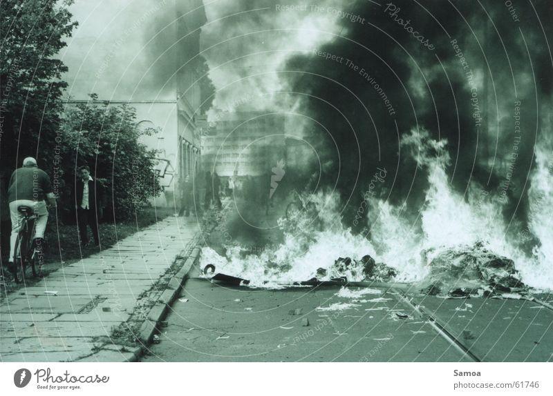 Leben in der Südvorstadt I Barrikade widersetzen protestieren Leipzig Fahrrad Brand Straße Flamme Rauch südvorstadt
