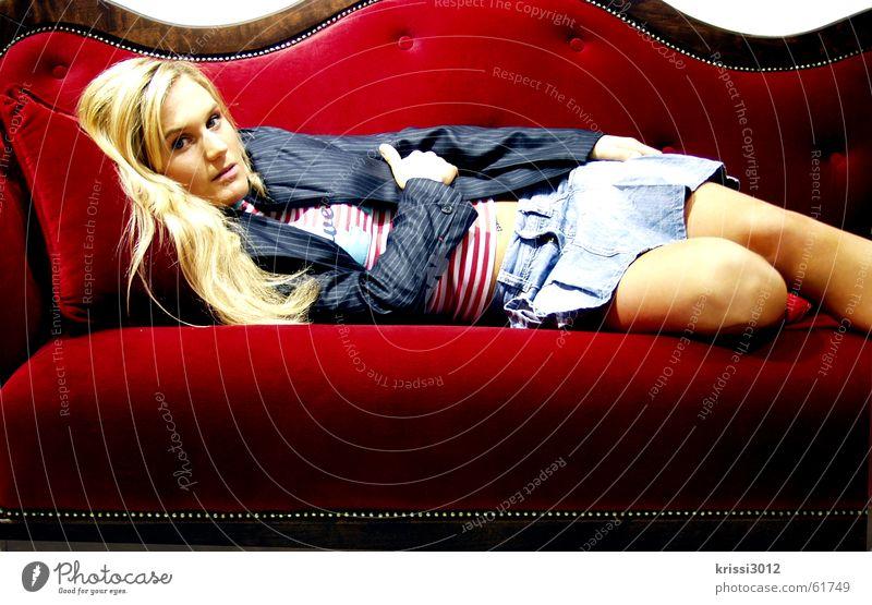 red couch II Frau schön rot blond gold Sofa Möbel edel Prinzessin Samt Königlich