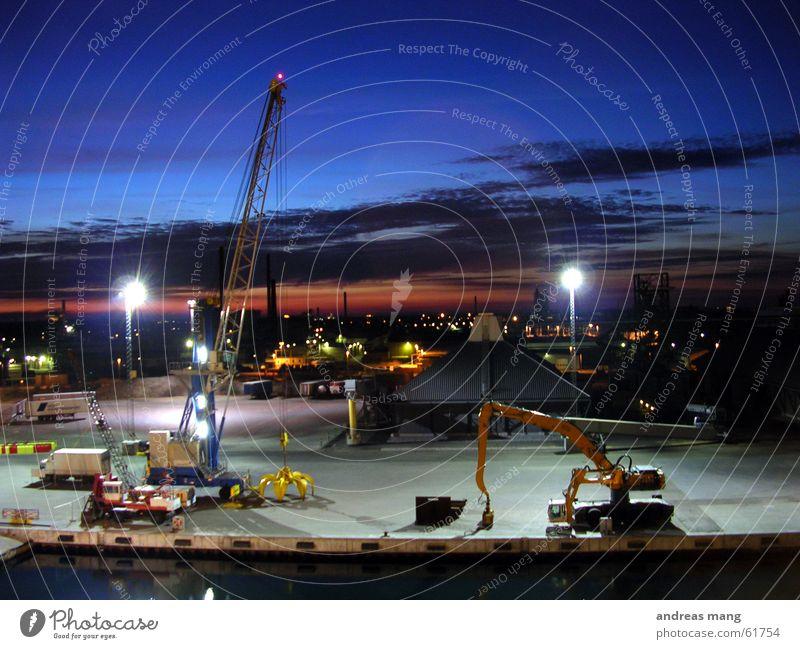 Abendstimmung am Hafen II Himmel Meer Arbeit & Erwerbstätigkeit Beleuchtung Industriefotografie Hafen Anlegestelle Kran Scheinwerfer Bagger Portwein Feierabend