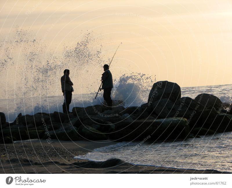 angeln gehen Mensch Mann Wasser Erholung Meer ruhig Freude Strand Erwachsene Küste Stein Sand Felsen Horizont Freundschaft Idylle