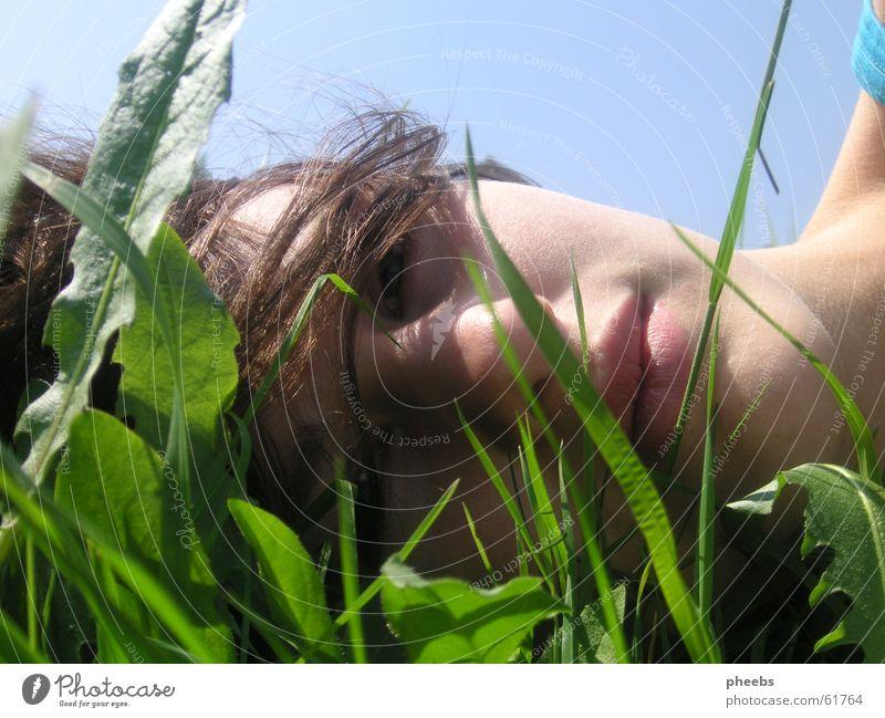 gras vorm gesicht Porträt Wiese Gras Halm Blatt Sommer Mädchen Frau Lippen Licht grün Gesicht Himmel Rasen liegen Haare & Frisuren blau frei Freiheit Natur