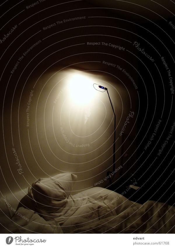 Schlafzimmer Licht Bett Bettwäsche Lampe Kissen unordentlich Innenaufnahme Schatten Kopfkissen