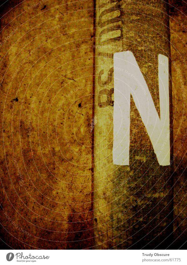 nora, do you remember the riots? dunkel Wand Mauer braun Hintergrundbild Schilder & Markierungen Beton Schriftzeichen Buchstaben Zeichen Parkplatz Oberfläche