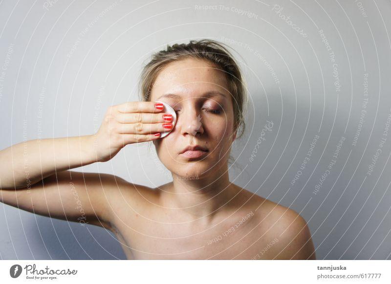 Du schöne Frau, die Make-up von ihrem Gesicht entfernt. Körper Haut Maniküre Kosmetik Creme Schminke Mensch feminin Junge Frau Jugendliche Erwachsene Kopf Auge