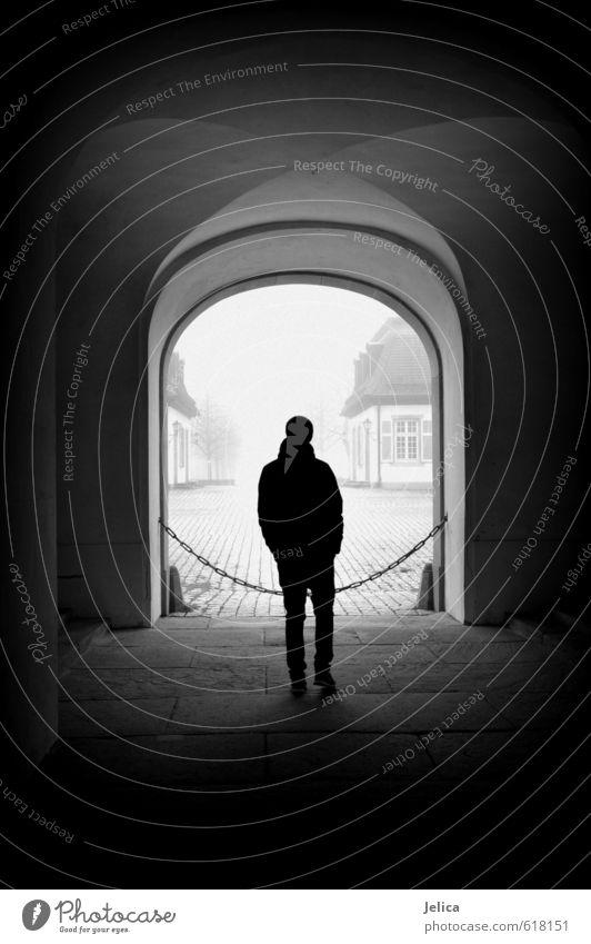 One Mensch Jugendliche weiß Einsamkeit 18-30 Jahre Junger Mann schwarz Winter dunkel kalt Erwachsene maskulin stehen beobachten Neugier Fernweh
