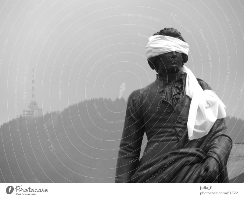 blinder mozart II Statue Skulptur schwarz weiß grau trist Verbundenheit Kunst Tourismus Salzburg Schwarzweißfoto Auge