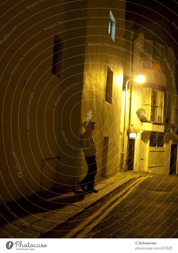 late at night Haus Mensch maskulin 1 Straße dunkel Laterne Gasse England Typ Nacht Licht Ganzkörperaufnahme