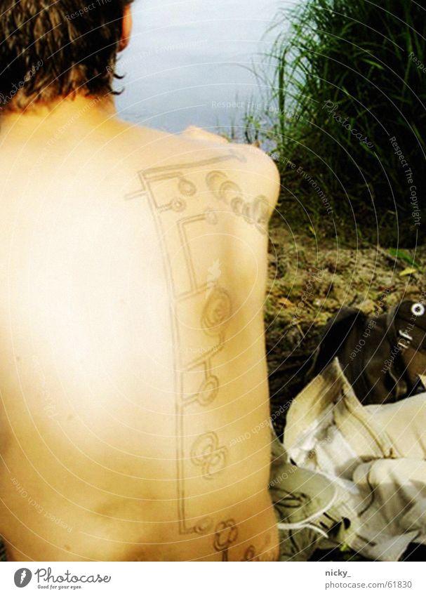 whaaat's that? Mensch Mann grün Sommer ruhig Wiese See Rücken Ausflug Bekleidung Punkt Tattoo böse laut Photo-Shooting Indianer