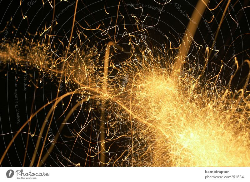 ..3....2....1..... durcheinander sprengen Schwanz Licht Explosion Langzeitbelichtung sprühen Silvester u. Neujahr Leuchtrakete chaotisch Feuerwerk gold Funken
