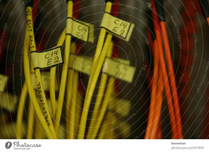 geordnete kabelei gelb Elektrisches Gerät Schilder & Markierungen Kabel orange Elektronik wire electronics label etikette