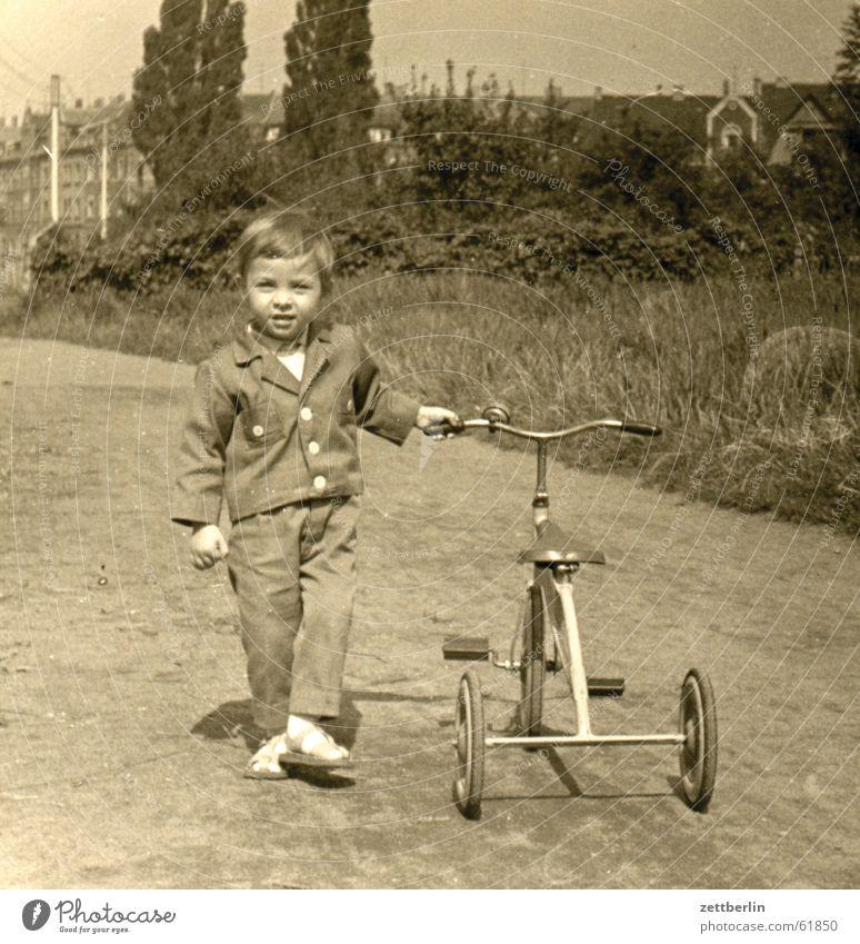 Ganz früher Kind Junge Zukunft Hoffnung Kleinkind Sechziger Jahre Kleinstadt Dreirad