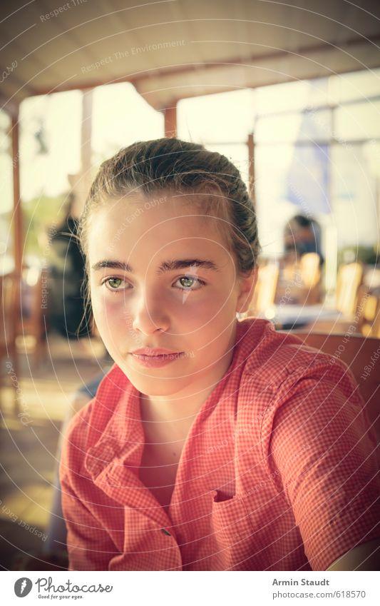 Warten im Restaurant II Mensch Kind Jugendliche Ferien & Urlaub & Reisen schön Erholung feminin Glück Stimmung Zufriedenheit sitzen 13-18 Jahre warten Tourismus