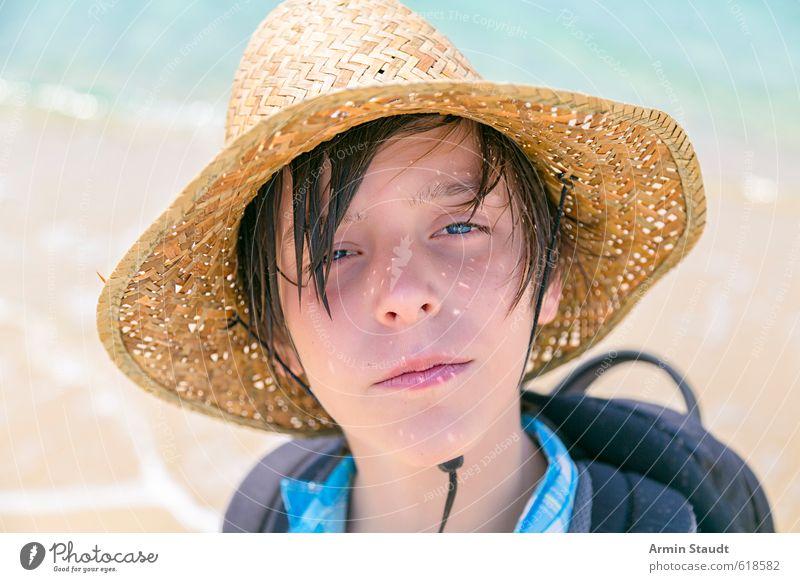 Sommerliches Porträt mit Strohhut Mensch Kind Natur Jugendliche Ferien & Urlaub & Reisen schön Meer Erholung Strand gelb Sand maskulin Zufriedenheit Lifestyle