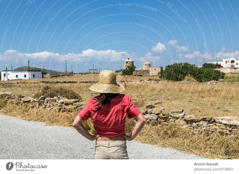 Tourist von hinten Ferien & Urlaub & Reisen Tourismus Sommer Mensch feminin Frau Erwachsene Jugendliche 1 13-18 Jahre Kind Natur Himmel Schönes Wetter Dürre