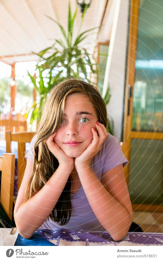 Warten im Restaurant Mensch Kind Jugendliche Ferien & Urlaub & Reisen schön Erholung feminin Glück Zufriedenheit sitzen 13-18 Jahre warten Tourismus beobachten
