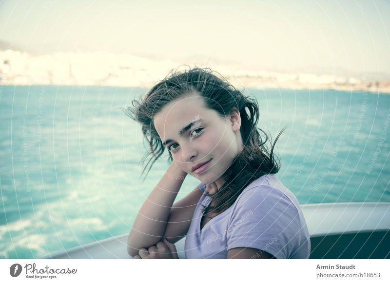 Porträt an der Reeling Lifestyle Erholung Ferien & Urlaub & Reisen Sommer Mensch feminin Frau Erwachsene Jugendliche 1 13-18 Jahre Kind Wärme Insel brünett