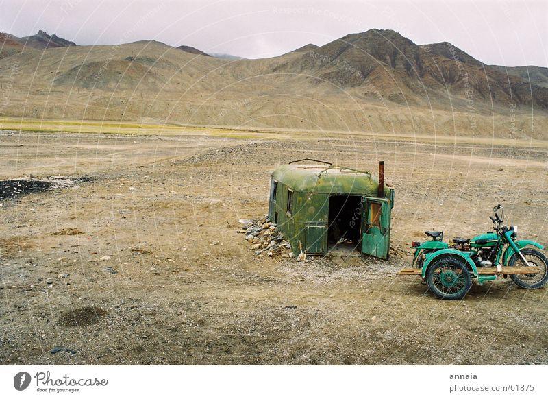 Grenzposten in Tadschikistan ruhig Haus Einsamkeit Ferne Berge u. Gebirge Wüste Häusliches Leben Hütte Motorrad Zelt Ödland Schutz Sowjetunion Kirgisistan Tadschikistan