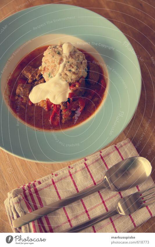 gulasch Essen Lebensmittel Wohnung Raum Häusliches Leben Lifestyle Dekoration & Verzierung genießen Gemüse Duft Geschirr Tradition Teller Fleisch Löffel Gabel