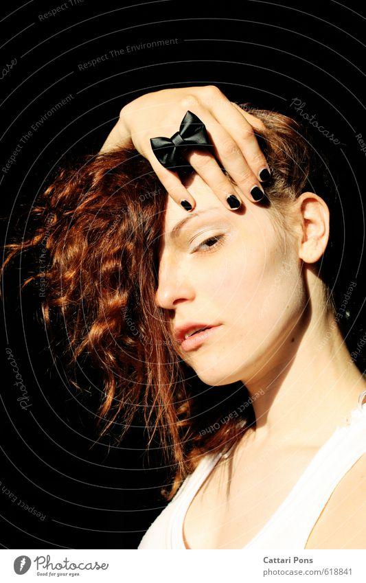 . Gesicht Maniküre Nagellack feminin Junge Frau Jugendliche Erwachsene 1 Mensch 18-30 Jahre Accessoire Ring brünett Locken beobachten festhalten ästhetisch