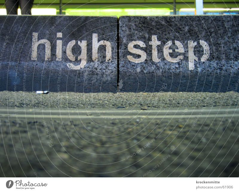 Ein kleiner Schritt für die Menschheit Asphalt Station Typographie schreiten Aufgabe Bordsteinkante Treppenabsatz Schablonenschrift Zigarettenstummel