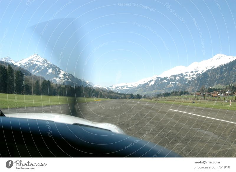 fly high Flugzeug Maschine Beton loslassen Flugplatz Linie Propeller Geschwindigkeit Beginn Hügel Berner Oberland Horizont himmelblau Ferne Armaturenbrett