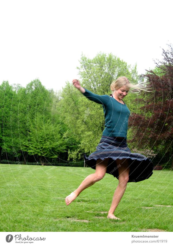Pure Lebensfreude_01 Baum grün blau Sommer Freude Ernährung Wiese springen Bewegung Glück lachen Wärme frei Fröhlichkeit Physik Lebensfreude