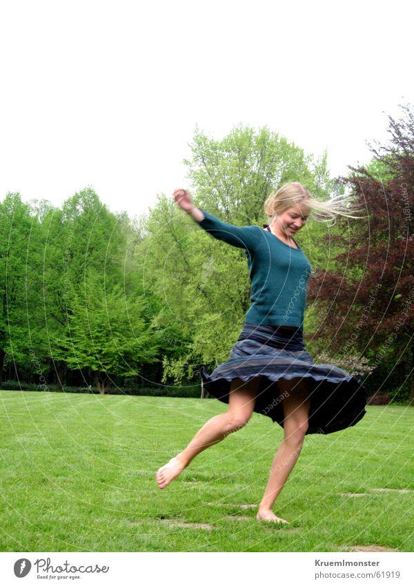 Pure Lebensfreude_01 Baum grün blau Sommer Freude Ernährung Wiese springen Bewegung Glück lachen Wärme frei Fröhlichkeit Physik