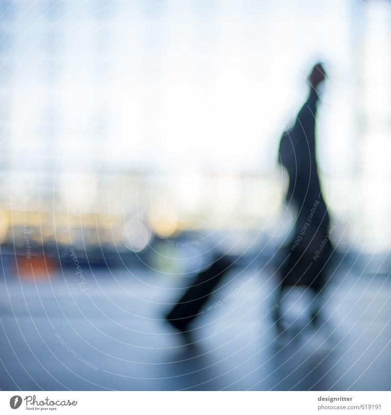 vorübergehend Mensch Frau Ferien & Urlaub & Reisen blau Stadt Haus Ferne Erwachsene feminin Gebäude Architektur Freiheit gehen Verkehr laufen Geschwindigkeit