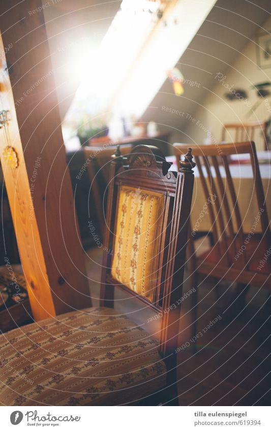 Platz an der Sonne Stuhl Sitzgelegenheit hell Wärme ästhetisch Innenarchitektur Stuhllehne Fenster Balken Häusliches Leben Wohnung Sonnenstrahlen Wohnzimmer