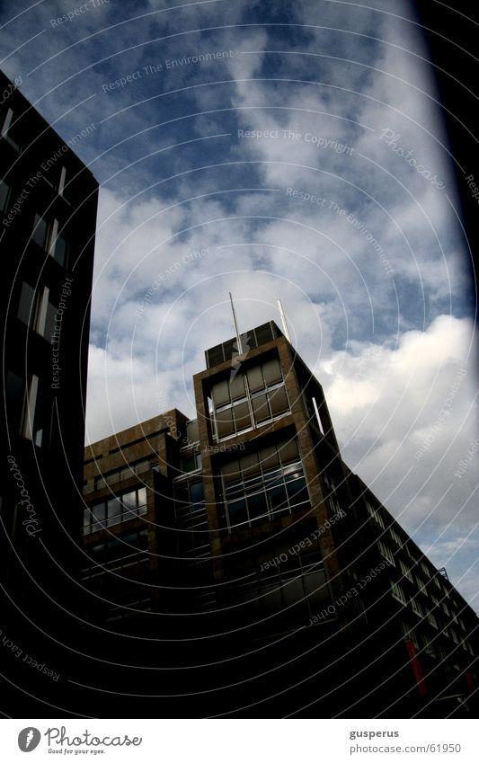 Regen war angesagt!!! Haus Stadt Wolken schlechtes Wetter Fenster Neubau Himmel falsch häuserschlucht Schatten aus dem auto heraus blau Schönes Wetter