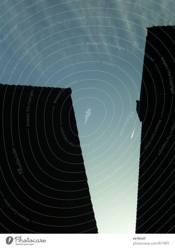 V-Ausschnitt Flugzeug Kondensstreifen Zeile silhuette Schatten Spalte am abend Kontrast v-ausschnitt
