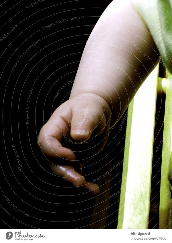 Give It To Me Baby Hand Finger dunkel grün begreifen Kleinkind Lebensfreude Neugier berühren Arme was könnte ich als nächstes