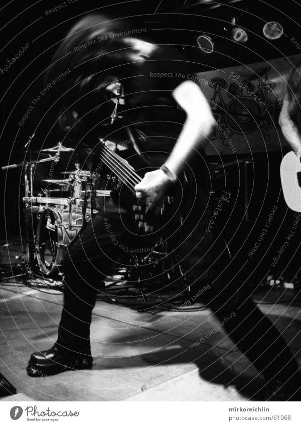 Bang your head! Musik stark schwer anschaulich Schuhe Angst schütteln Unschärfe Schlagzeug Saite heavy guitar Gitarre Rockmusik Schwarzweißfoto bigway shoes