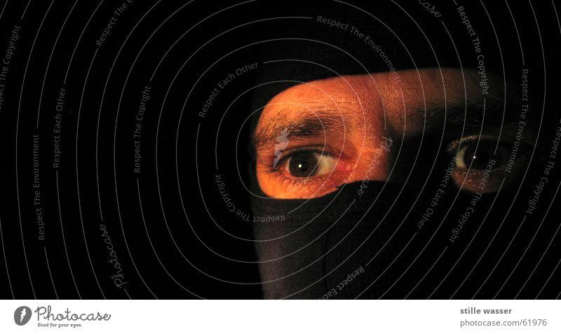 Nunja Dieb Sturmmaske dunkel fixieren Blick ruhig Selbstständigkeit Ninja chinesische Kampfkunst eskalieren Überfall Nacht Auge kämpfen Voyeurismus Maske