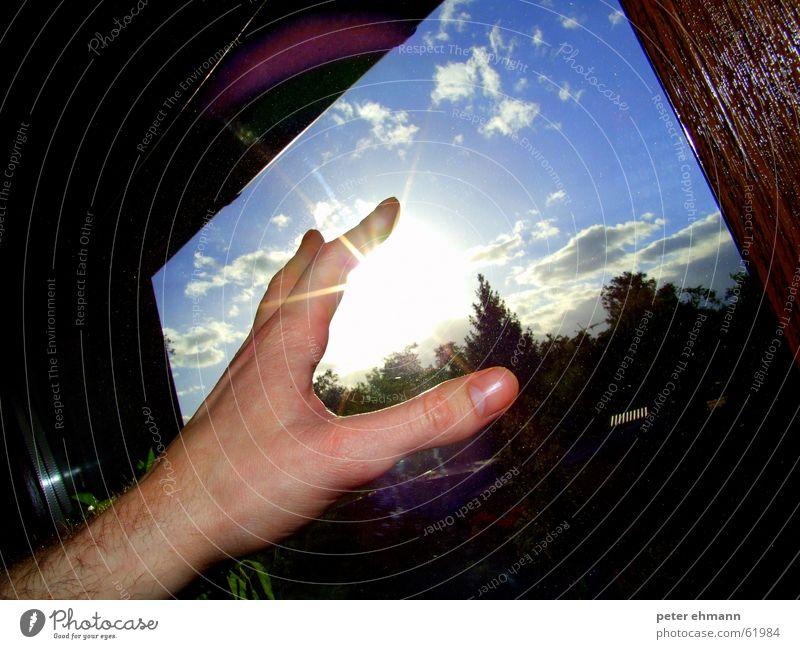 Verbrenn dir nicht die Finger Hand Himmel Baum Sonne blau Wolken Fenster Holz Beleuchtung Arme Glas fangen berühren Griff Nagel