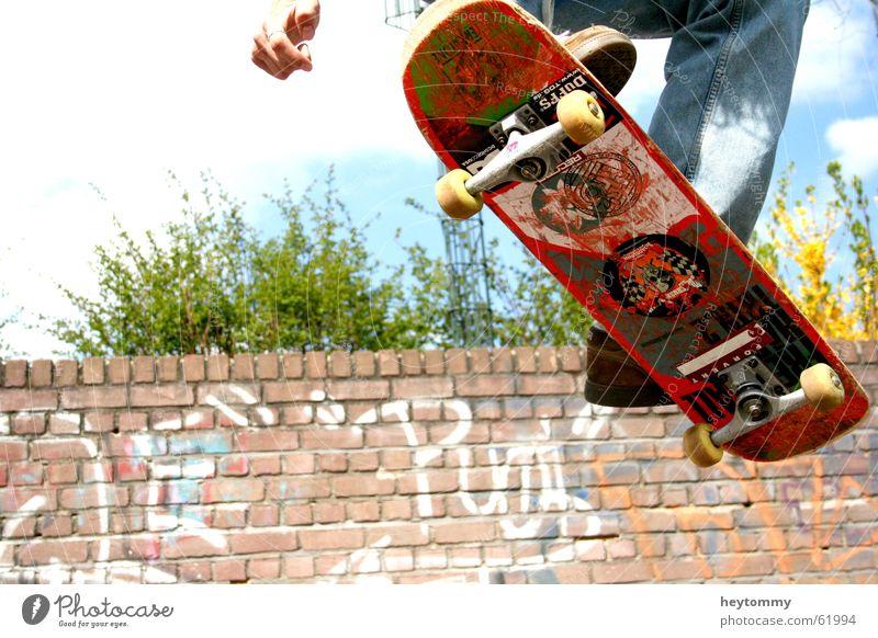 Jump high Himmel Jugendliche Hand Freude Graffiti Sport Gefühle Bewegung Freiheit Glück Mauer springen lustig Fuß Luft Freizeit & Hobby