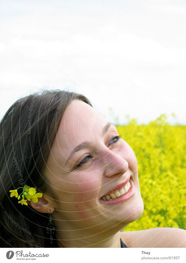 Blumenkind Frau Freude gelb Glück lachen Feld brünett Blumenwiese Raps