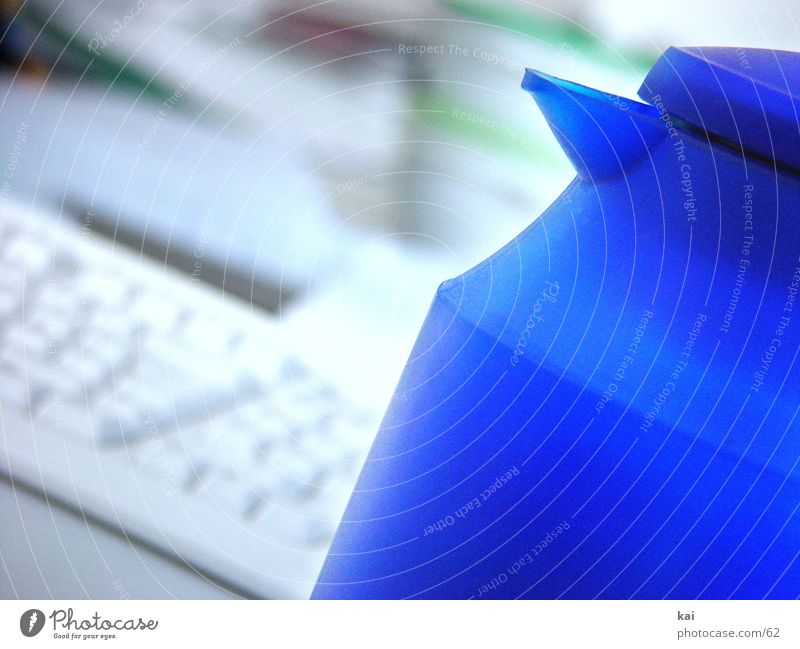 DieKanne blau Arbeit & Erwerbstätigkeit Büro Business Kaffee Tastatur Kunststoff Bildausschnitt Kannen Fototechnik Arbeitspause Kaffeetrinken Kaffeekanne