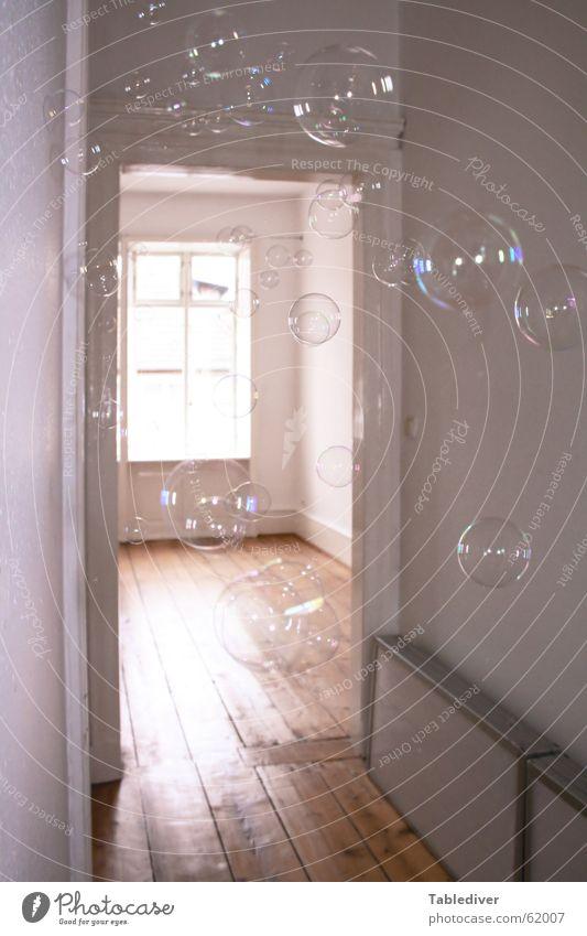 Bubbles Seifenblase Flur Fenster Licht Türrahmen Reflexion & Spiegelung Sonnenstrahlen Altbau hell rauchfasertapete Tag