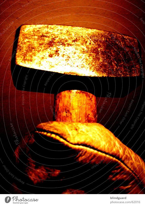Das is ja der Hammer Stahl Schweiß Arbeit & Erwerbstätigkeit Handschuhe Arbeitshandschuhe schlagen gruselig Mörder Spardose Handwerk klopfen Leder rot gelb Holz