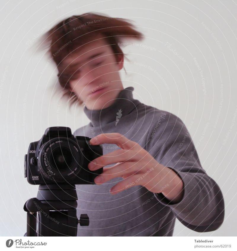 Dein Foto wurde bestätigt Mann Hand Fotografie planen Finger Fotokamera Leidenschaft Typ Pullover Fotograf drücken Auslöser Stativ Inspiration Rollkragenpullover Kopfschütteln