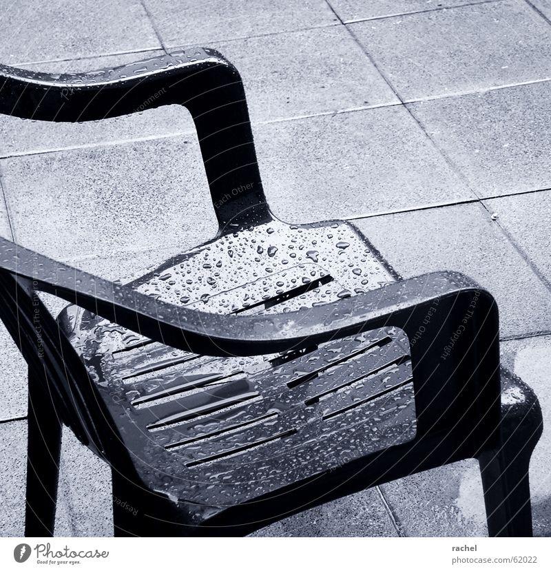 Extratrist kalt Traurigkeit Regen Wetter gehen sitzen nass Beton Wassertropfen Häusliches Leben Bodenbelag Stuhl Kunststoff Aussicht Gastronomie Bürgersteig