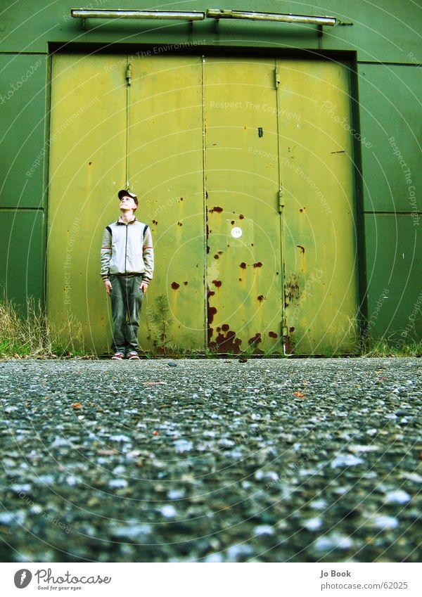 JuanB Himmel grün Junge stehen Körperhaltung Tor Flughafen Selbstportrait bewegungslos Militärgebäude Baseballmütze
