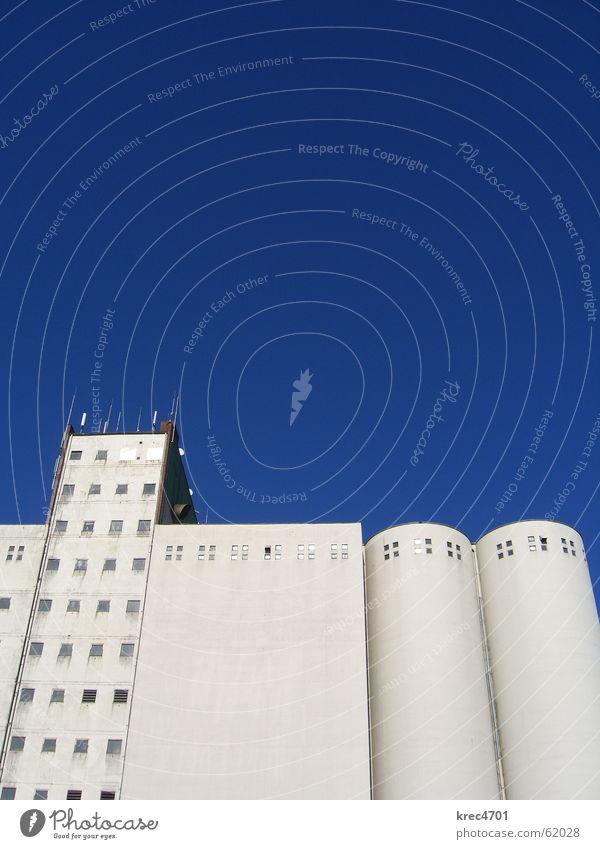 Blau-Weiß Hochkant Himmel weiß blau Fenster Gebäude hell Fassade Industriefotografie Silo