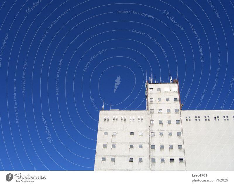 Blau-Weiß Himmel weiß blau Fenster Gebäude hell Fassade Industriefotografie Silo