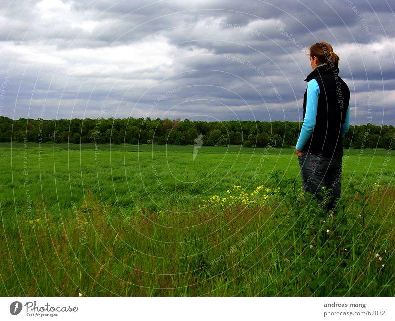 Watching the world Frau Himmel Wolken Einsamkeit Ferne Wald Stil Gras grau Traurigkeit Feld Horizont Trauer stehen Unwetter Flucht
